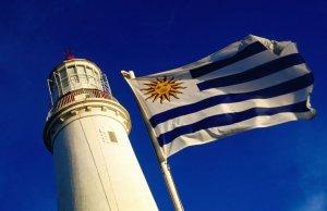 Que língua falam em Punta del Este: bandeira do Uruguai no Farol de Punta del Este