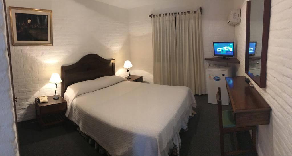 Hotéis bons e baratos em Punta del Este: Hotel Camelot - quarto