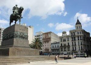 Montevidéu em abril: estátua e mausoléu José Artigas