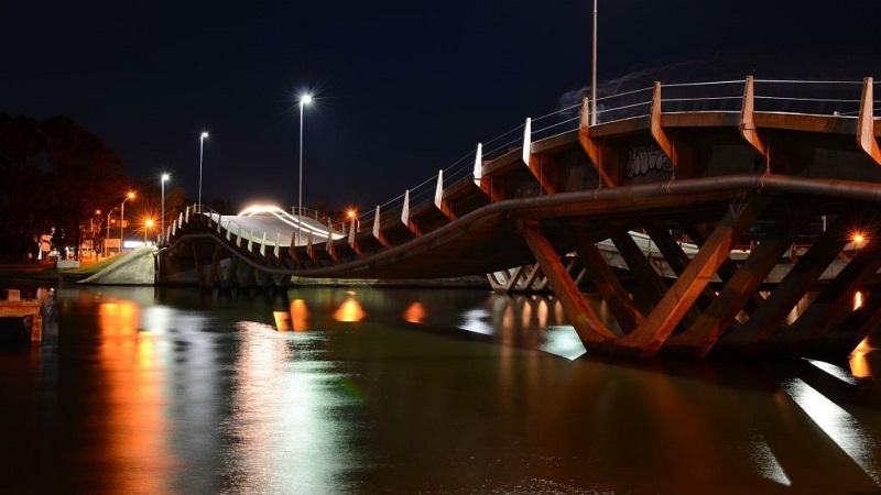 Puente de La Barra em Punta del Este de noite