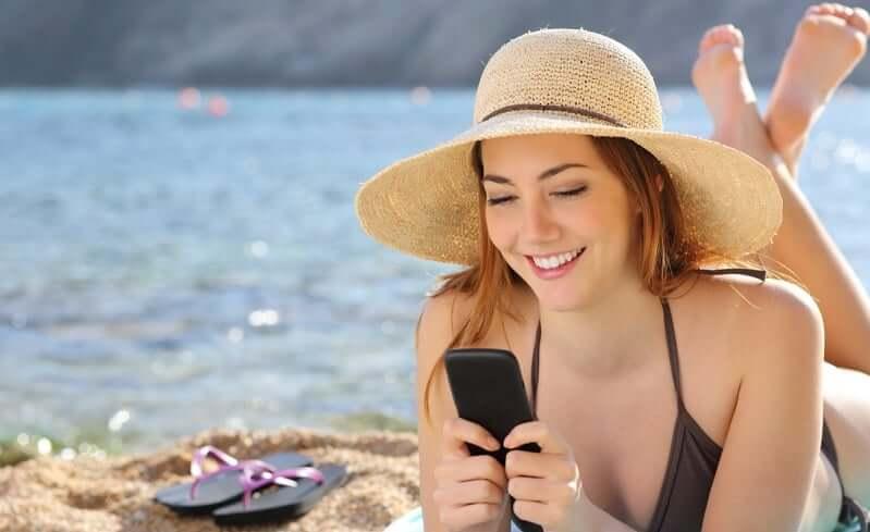 Menina usando celular no Uruguai