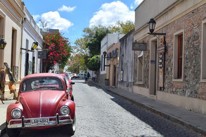 Carros em ruela do Uruguai