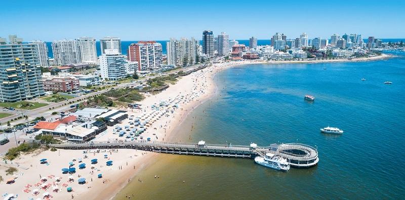 Praia ensolarada de Punta del Este