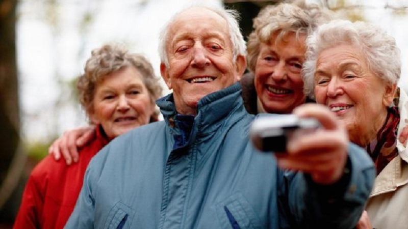 Melhor idade fazendo selfie em viagem