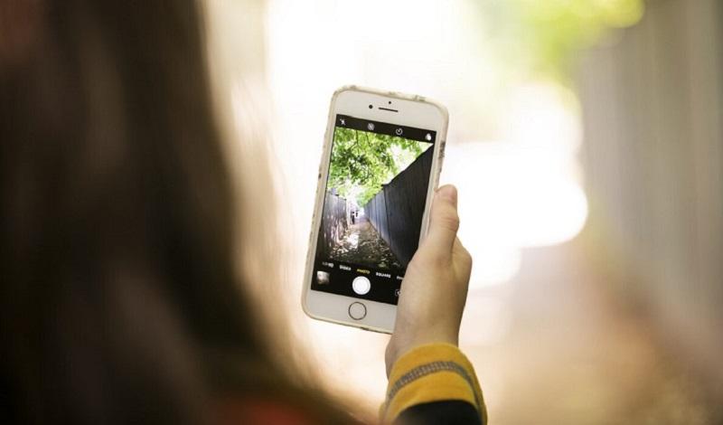 Menina fotografando com o celular