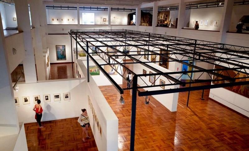 Turistas contemplando museu de Montevidéu