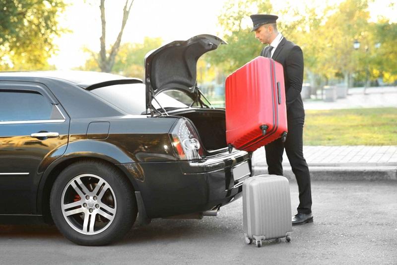 Motorista de transfer guardando as malas